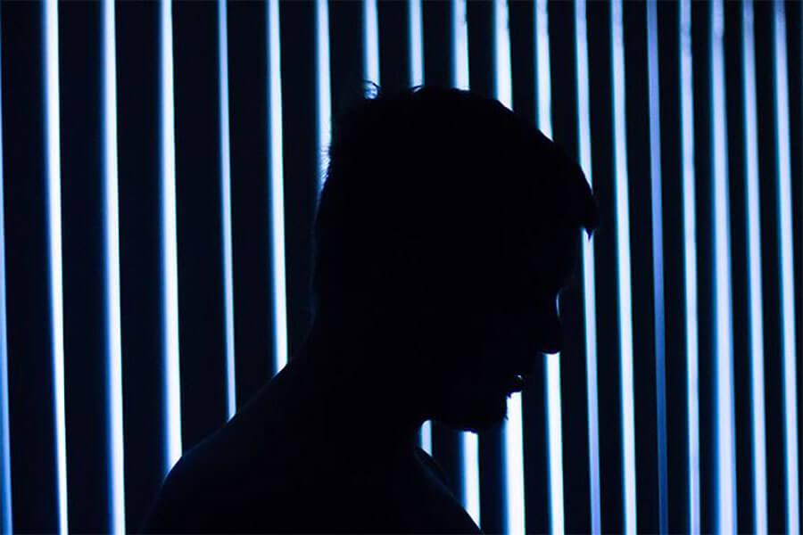Oito atitudes típicas de pessoas que têm depressão, mas não demonstram